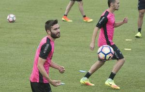 Jon Toral durante un entrenamiento con el Granada.