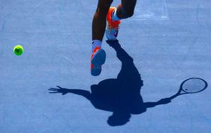 Sombra de un tenista sobre las pistas de Melbourne Park.