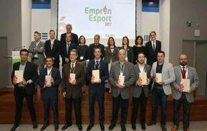 Los galardonados y los padrinos de la gala Emprén Esport 2017.