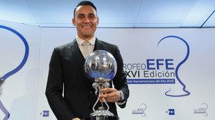 Keylor posa con el Trofeo a mejor futbolista iberoamericano de 2016