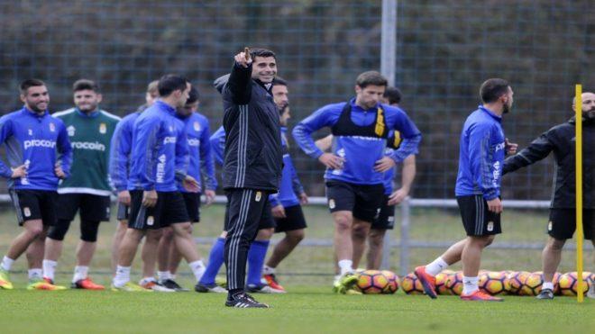 Fernando Hierro (48), dirigiendo una sesión de entrenamiento del...