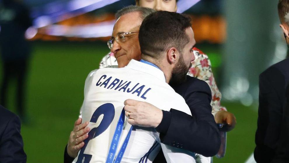 Carvajal se abraza con Florentino tras el Mundial de clubes