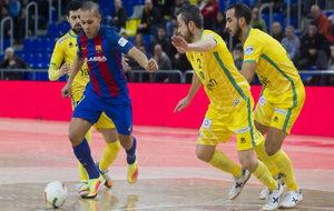 Ferrao se lleva el balón ante la oposición de tres jugadores del...