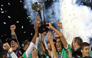 Los jugadores del Cosmos levanta al cielo la NASL 2016.