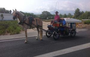 Tornabell, con el carruaje que viajará desde Barcelona a Huelva...