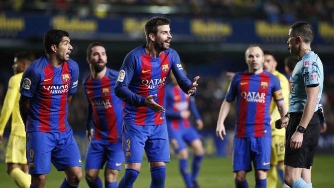 Piqué, durante una protesta al colegiado del Villarreal-Barça