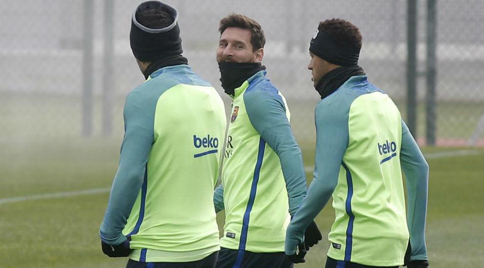 Messi dialoga con Suárez y Neymar antes de un entrenamiento.