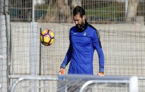 Diego López, con el balón, durante la sesión de este miércoles.