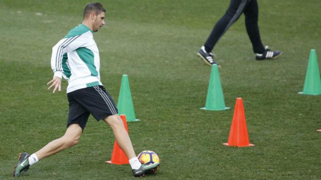 Joaquín sortea pivotes con el balón en el entrenamiento.