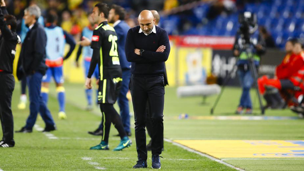 Abelardo cabizbajo durante el último partido de liga contra Las...