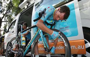 Luis Le�n S�nchez supervisa su bicicleta antes de una etapa del Tour...