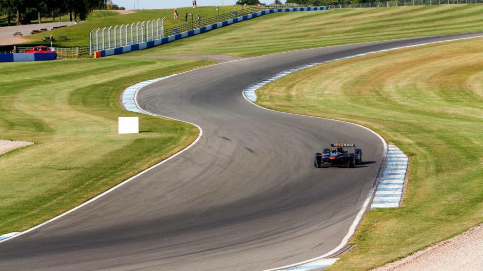 Un monoplaza de Fórmula E, en el circuito de Donington