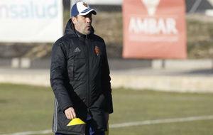 Raúl Agné prepara el entrenamiento de ayer.