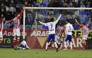 Los jugadores del Girona celebran el gol de Sandaza, mientras Dongou...
