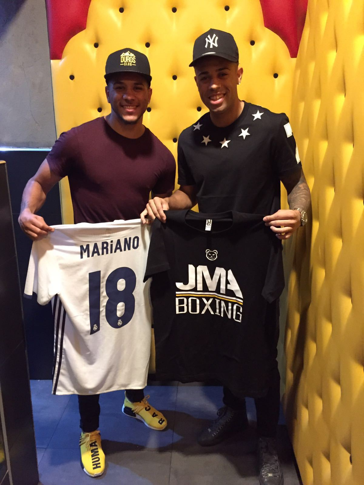 Jonathan Alonso y Mariano, con las camisetas.