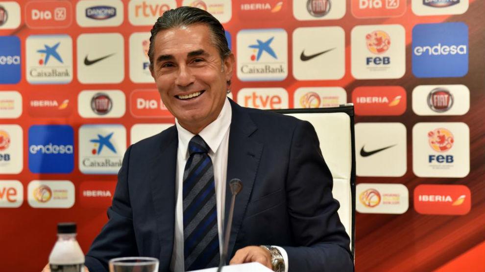 Scariolo firmando su renovación como seleccionador de España