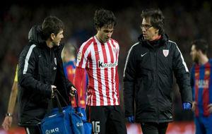 Etxeita abandona el Camp Nou lesionado.