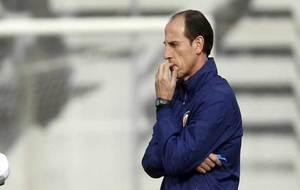 Voro, pensativo, en un entrenamiento del Valencia.