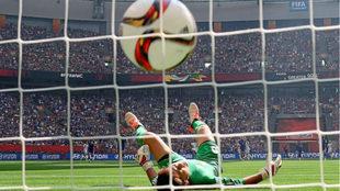Una pelota entra en la portería en un estadio lleno en el pasado...