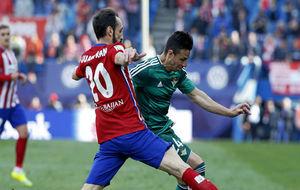 Rubén intenta regatear a Juanfran en su última visita al Vicente...