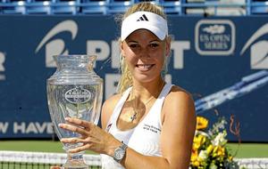 Nadia Petrova levantando un trofeo