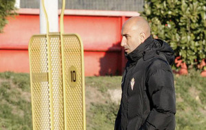 Abelardo, técnico del Sporting, durante una sesión de entrenamiento