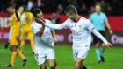 Ben Yedder y Vietto celebran un gol ante el M�laga.