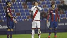 Javi Guerra se lamenta de una ocasi�n fallada en el partido ante el...