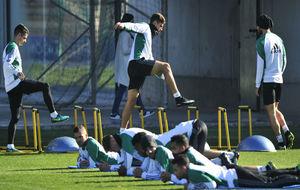 Los jugadores del Betis realizan diversos ejercicios en el...