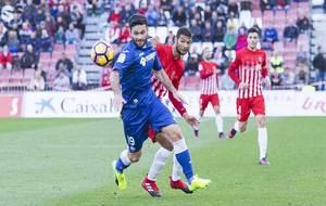 Jorge Molina se zafa del marcaje de Joaquín durante el partido de...