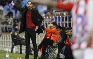 Pablo Machín, dando instrucciones en la banda de La Romareda el...
