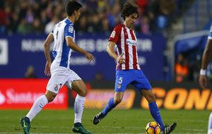 Tiago da un pase en el duelo ante el Espanyol