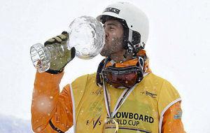 Lucas Eguibar besa el Globo de Cristal que conquistó en 2015.