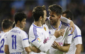Cabrera celebra un gol con Juan Muñoz.