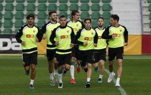Los jugadores del Elche durante un entrenamiento en el Martínez...