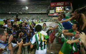 El jugador del Betis, Benjamin, con la Copa del Rey conquistada en el...