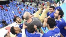 Luis Fonseca es manteado por los jugadores de la selecci�n de Kuwait.