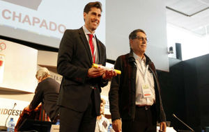 Raúl Chapado, junto a José María Odriozola, tras ser elegido...