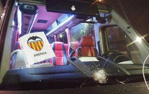 Foto de la luna apedreada del autobús de la prensa de Valencia