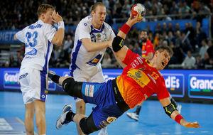 Julen Aginagalde lanza a portería tras superar a sus marcadores.