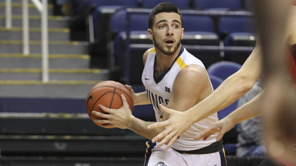 Francis Alonso jugando con UNC Greensoboro en la NCAA