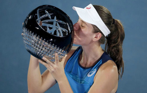 Johana Konta besa el trofeo conseguido