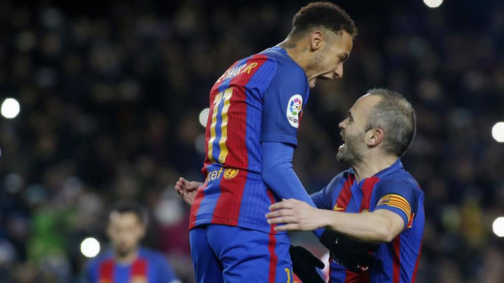 Neymar celebra un gol con Iniesta