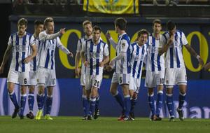 Los jugadores de la Real durante el partido contra el Villarreal