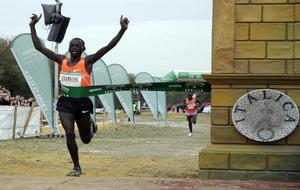 Leonard Komon cruza la meta del cross de Itálica en 2010.