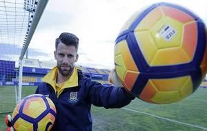Dani Jim�nez posa para MARCA sujetando dos balones en una porter�a...