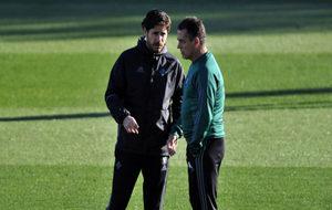 V�ctor habla con Alexis durante el entrenamiento de este viernes.