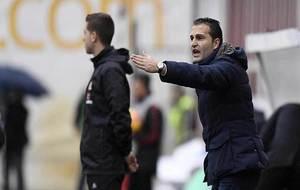 Rubén Baraja, dando instrucciones a sus jugadores en la banda de...