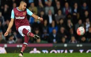 Payet golpea el balón en un partido con el West Ham