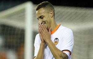 Rodrigo se lamenta tras una ocasi�n fallada durante un partido en...